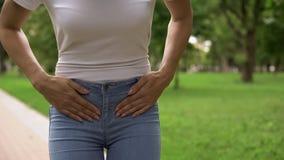 Dor abdominal forte do sentimento da mulher mais baixa, polycystosis, problemas gynecological foto de stock royalty free