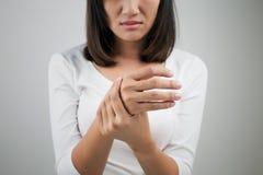 Dor aguda em um pulso das mulheres Imagens de Stock