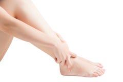 Dor aguda em um tornozelo da mulher isolado no fundo branco Trajeto de grampeamento no fundo branco Imagens de Stock