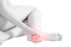 Dor aguda em um tornozelo da mulher isolado no fundo branco Trajeto de grampeamento no fundo branco Foto de Stock Royalty Free