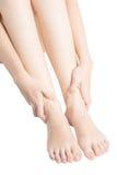 Dor aguda em um tornozelo da mulher isolado no fundo branco Trajeto de grampeamento no fundo branco Fotos de Stock