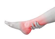 Dor aguda no tornozelo Mulher que guarda a mão ao ponto das tornozelo-dores fotos de stock