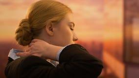 Dor cansado do sentimento da mulher de negócio no pescoço, modo de vida sedentariamente, doença vídeos de arquivo