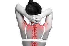 Dor da espinha, mulher com dor lombar e dor no pescoço, foto preto e branco com espinha dorsal vermelha imagens de stock royalty free