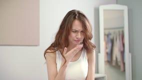 Dor da garganta do sentimento da mulher da gripe na manhã Mulher doente que toca no pescoço dorido na cama vídeos de arquivo