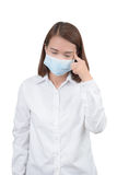 Dor de cabeça asiática do sentimento da mulher com máscaras protetoras fotografia de stock royalty free