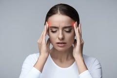 Dor de cabeça Esforço bonito do sentimento da mulher e dor principal forte fotos de stock