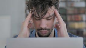 Dor de cabeça, fim acima do homem no funcionamento da tensão no portátil vídeos de arquivo