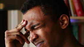 Dor de cabeça, fim afro-americano forçado da cara do homem acima vídeos de arquivo