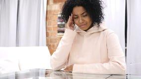 Dor de cabeça, frustração para a mulher afro-americana que trabalha no portátil filme