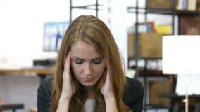 A dor de cabeça, frustração, tensão, forçou a menina no trabalho no escritório video estoque