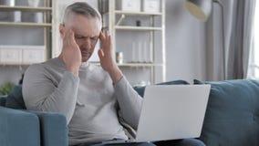 Dor de cabeça, Gray Hair Man com dor na cabeça video estoque