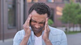 Dor de cabeça, homem africano forçado incômodo filme