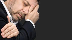 Dor de cabeça Homem com a cara fechado à mão Fotos de Stock Royalty Free