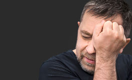 Dor de cabeça Homem com a cara fechado à mão Fotografia de Stock