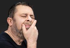 Dor de cabeça Homem com a cara fechado à mão Imagens de Stock