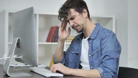 Dor de cabeça, homem criativo cansado que trabalha no projeto video estoque