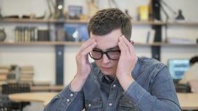 Dor de cabeça, homem criativo forçado no trabalho video estoque