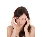 Dor de cabeça - jovem mulher que guardara principal na dor isolada nos vagabundos brancos Fotografia de Stock Royalty Free