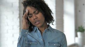 Dor de cabeça, menina africana nova forçada com dor na cabeça filme