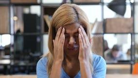 Dor de cabeça, menina preta frustrada, tensa, retrato vídeos de arquivo