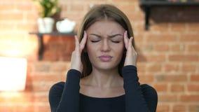 Dor de cabeça, moça frustrada, tensa, retrato video estoque