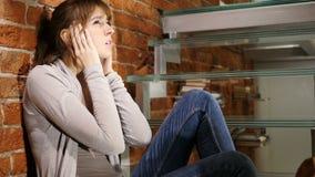 Dor de cabeça, mulher cansado frustrante com esforço do trabalho video estoque