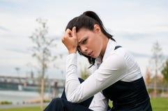 Dor de cabeça - mulher de negócio nova Fotografia de Stock Royalty Free