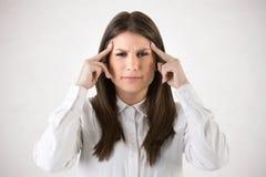 Dor de cabeça que sofre de uma dor de cabeça Imagem de Stock