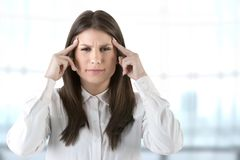 Dor de cabeça que sofre de uma dor de cabeça Imagens de Stock Royalty Free