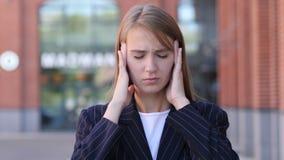 Dor de cabeça, retrato da mulher de negócio tensa no escritório filme