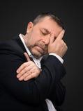 Dor de cabeça. Homem com a cara fechado à mão Imagem de Stock Royalty Free