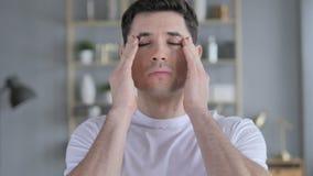 Dor de cabeça, retrato do homem novo tenso com dor na cabeça vídeos de arquivo