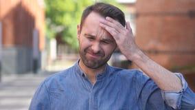 Dor de cabeça, retrato do homem ocasional tenso no escritório vídeos de arquivo