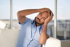 Dor de cabe?a do homem O homem espreme sua cabe?a imagens de stock royalty free