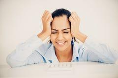 Dor de cabeça indiana forçada da mulher de negócio comprimida Imagem de Stock Royalty Free