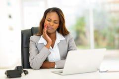 Dor de dente africana da mulher de negócios Foto de Stock