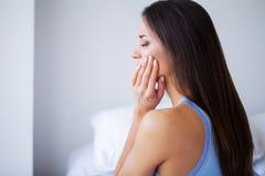 Dor de dente Cuidados dentários e dor de dente Dor de dente do sentimento da mulher imagens de stock