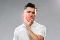 Dor de dente de sofrimento do homem infeliz Imagem de Stock
