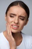 Dor de dentes Mulher bonita que sofre da dor de dente dolorosa fotos de stock