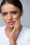 Dor de dentes Mulher bonita que sofre da dor de dente dolorosa imagem de stock royalty free