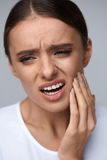 Dor de dentes Mulher bonita que sofre da dor de dente dolorosa foto de stock
