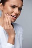 Dor de dentes Mulher bonita que sofre da dor de dente dolorosa foto de stock royalty free