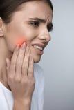 Dor de dentes Mulher bonita que sofre da dor de dente dolorosa fotos de stock royalty free