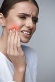 Dor de dentes Mulher bonita que sofre da dor de dente dolorosa imagens de stock
