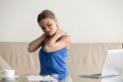 Dor de pescoço cansado do sentimento da mulher, trabalho sedentariamente, postura incorreta