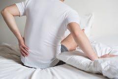 Dor de pescoço incômoda das causas do colchão e do descanso fotos de stock