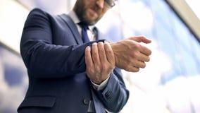 Dor de sentimento masculina oficial do pulso, incômodo da inflamação, entorse da osteodistrofia imagens de stock