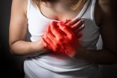 Dor de sofrimento da menina de um cardíaco de ataque Foto de Stock Royalty Free
