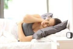 Dor de sofrimento do pescoço da mulher em uma cama incômoda fotografia de stock royalty free